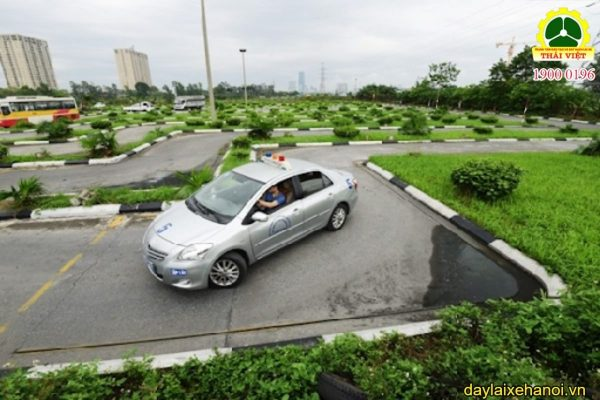 học viên thực hành lái xe ô tô hạng b1